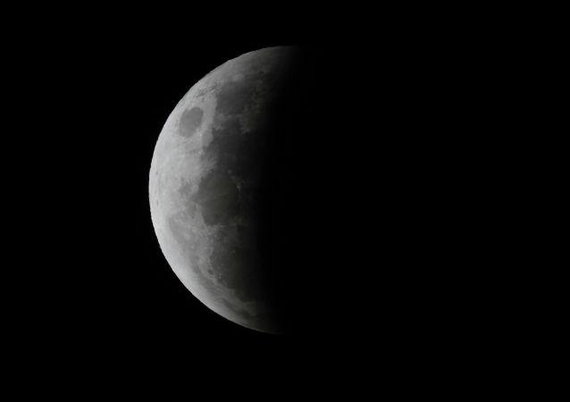 澳大利亚地区拍摄到的月全食天象。