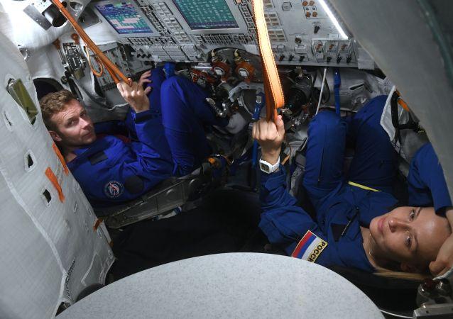 俄女演員開始學習操縱「聯盟」號飛船