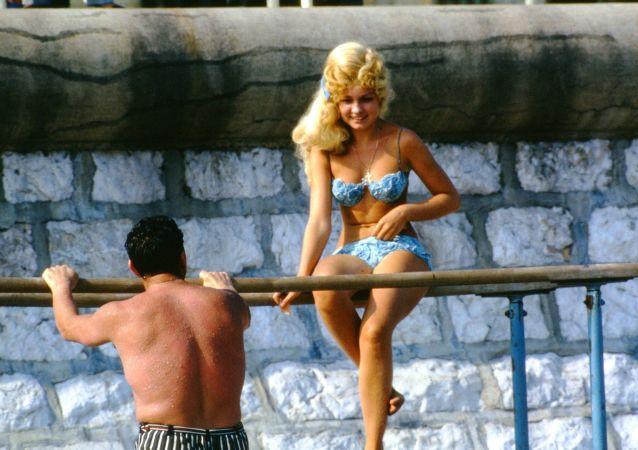 1964年,莫斯科,人们在晒日光浴。