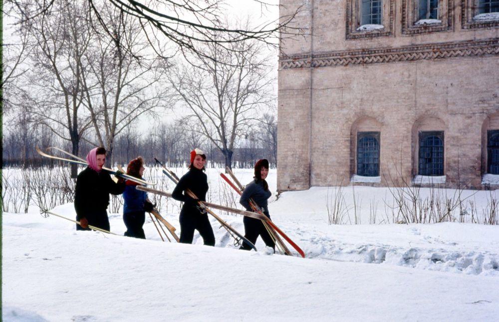 1964年,莫斯科,妇女们去滑雪。