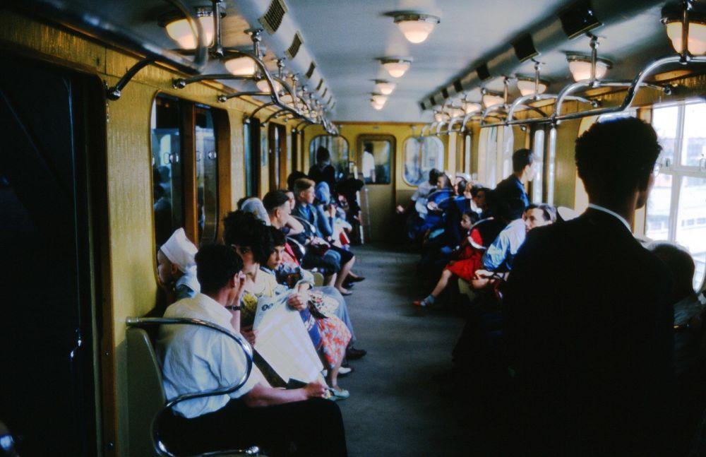 1964年,地铁车厢里的乘客们。