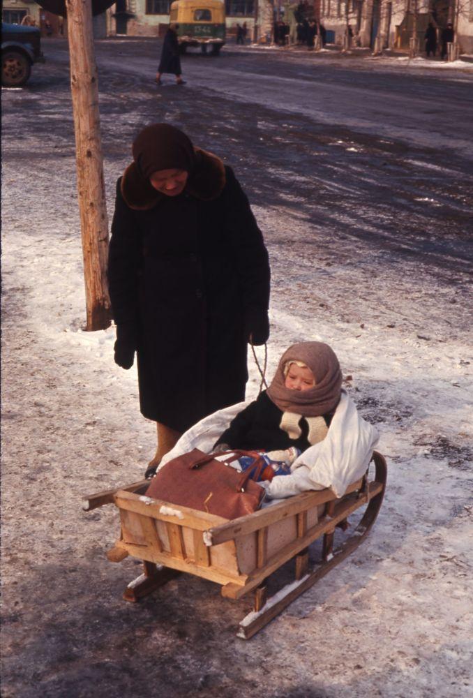 1964年,佩列斯拉夫尔-扎列斯基,一位老奶奶带着孩子玩雪橇。