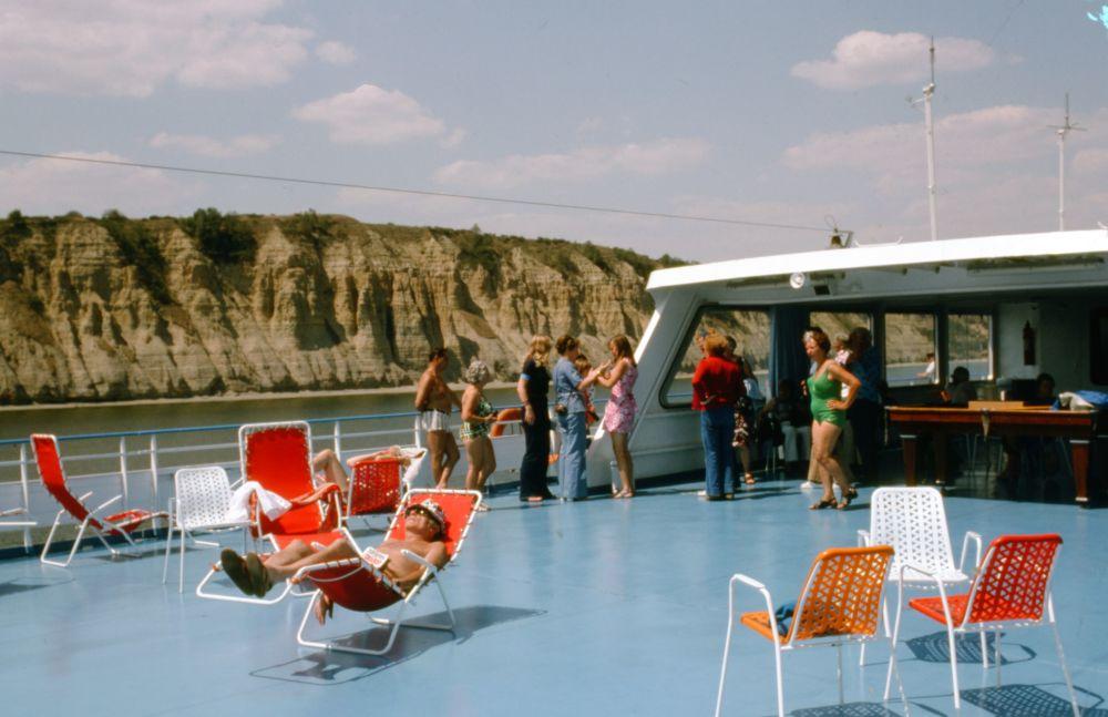 伏尔加河游轮上游玩的人们。