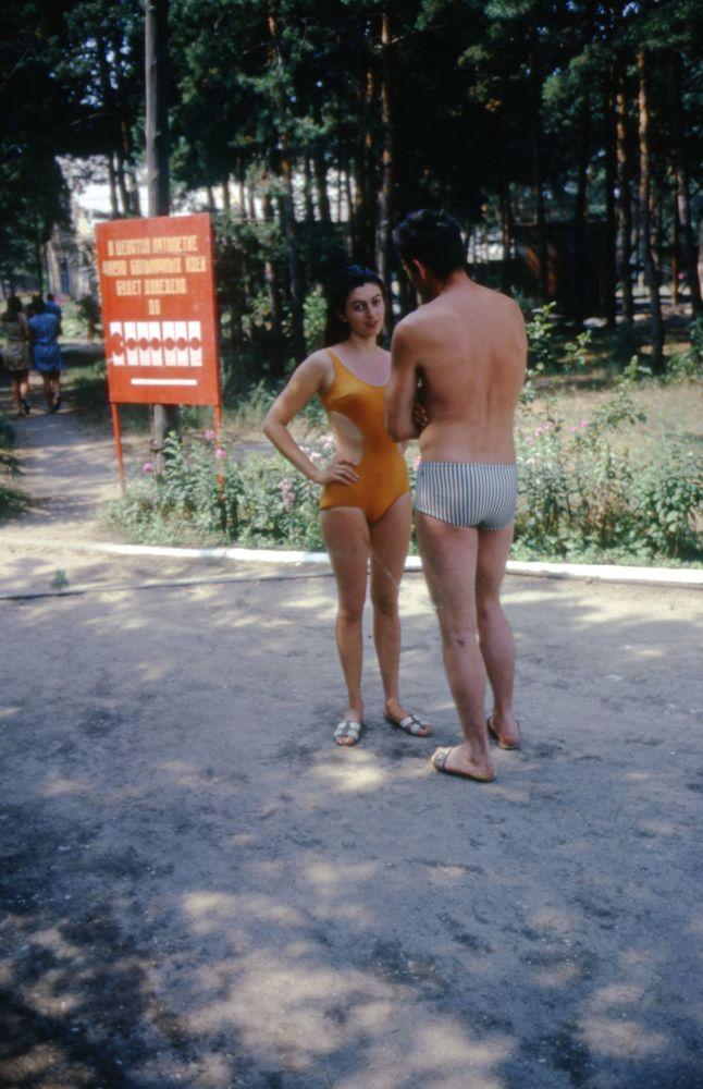 1975年,身穿泳衣的度假者。