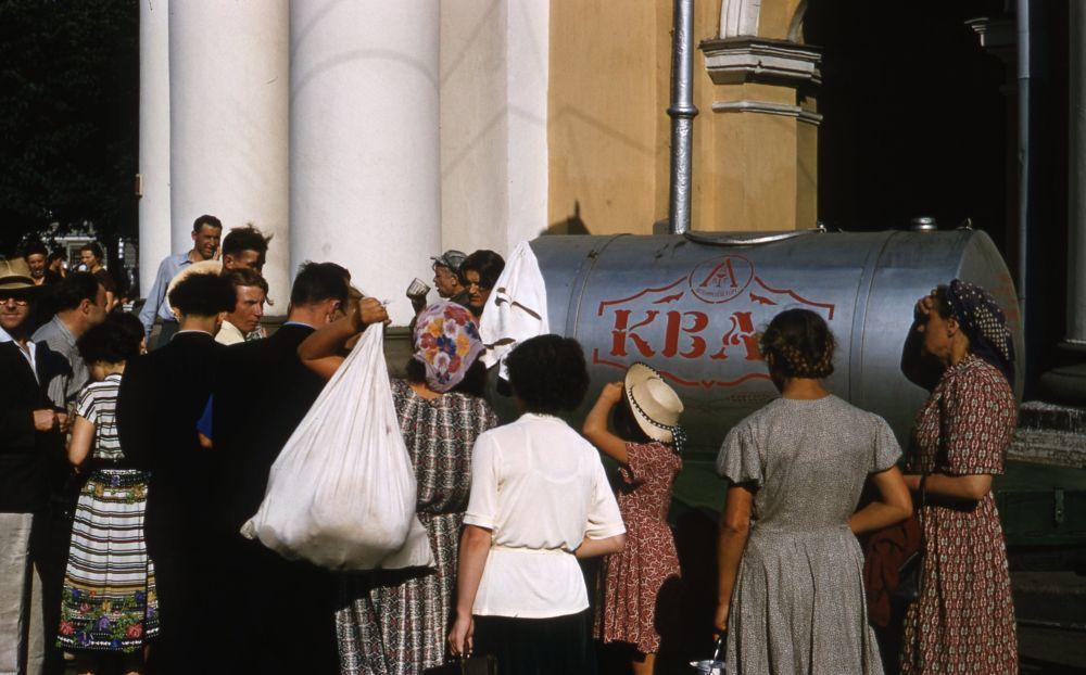 1958年,派对购买克瓦斯的人们。