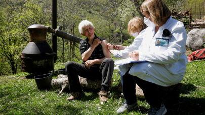 黑山莱维斯面前塔村,一名男子在一罐白兰地旁接种新冠疫苗。