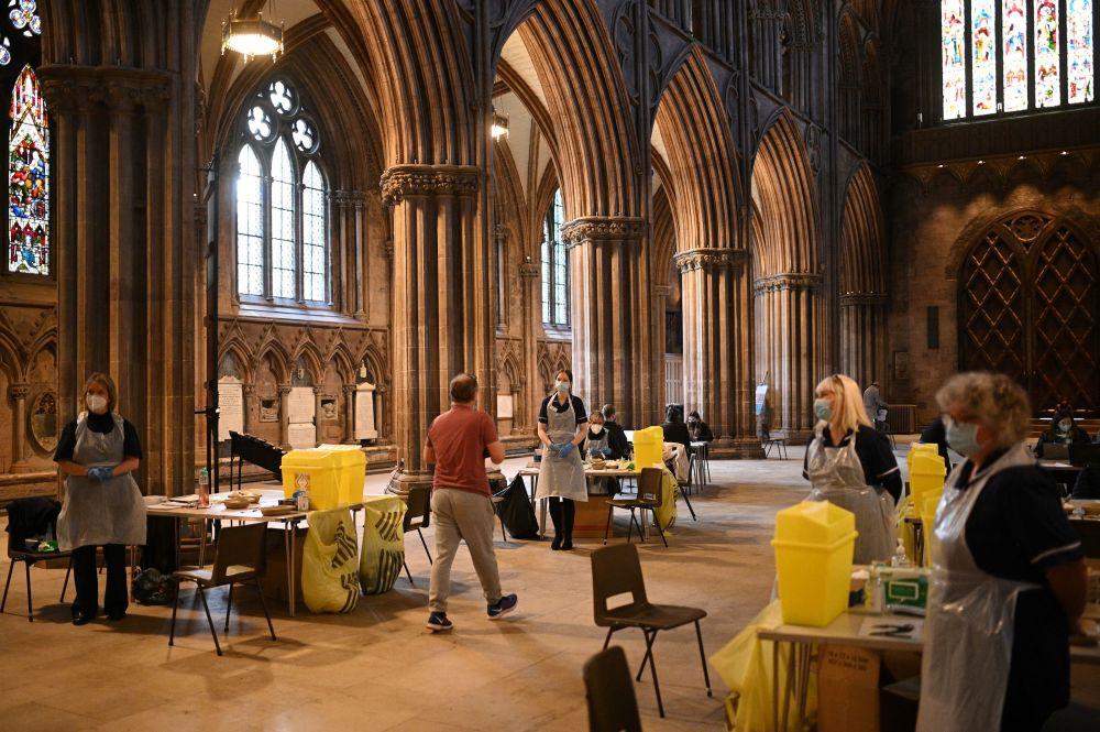 英格兰利奇菲尔德大教堂,民众正在接种牛津/阿斯利康新冠疫苗。