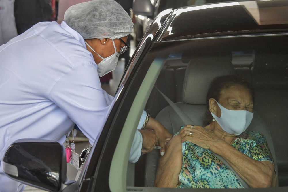 巴西圣保罗,一名女子在帕卡恩布体育场接种Coronavac新冠疫苗。