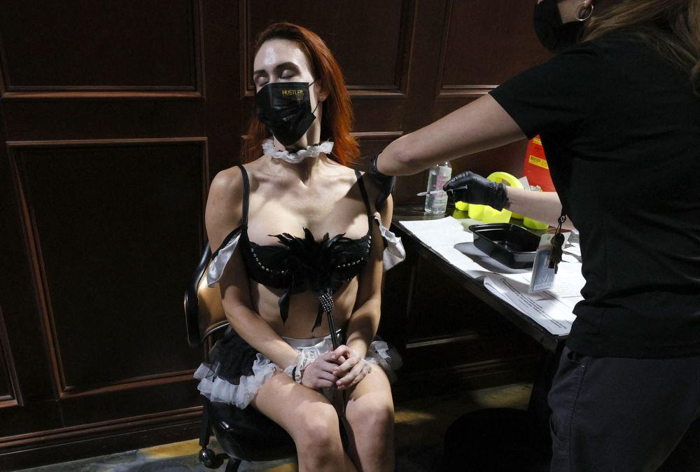 内华达州拉斯维加斯,演员乔•哈姆纳在Hustler Club里接种Pfizer-BioNTech新冠疫苗。
