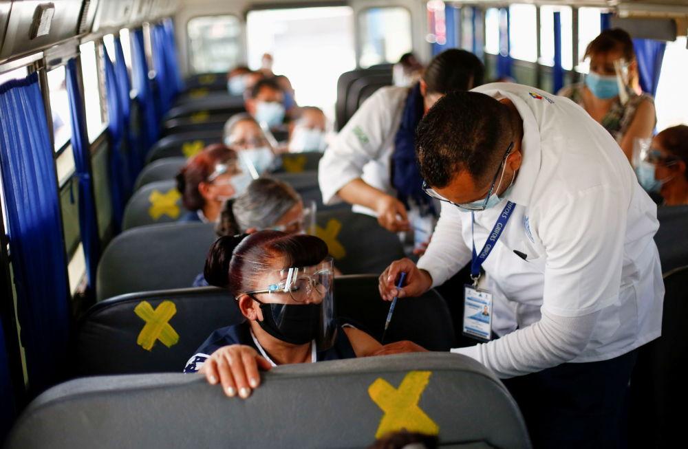 墨西哥华雷斯市,民众在大巴车上接种Pfizer-BioNTech 新冠疫苗。