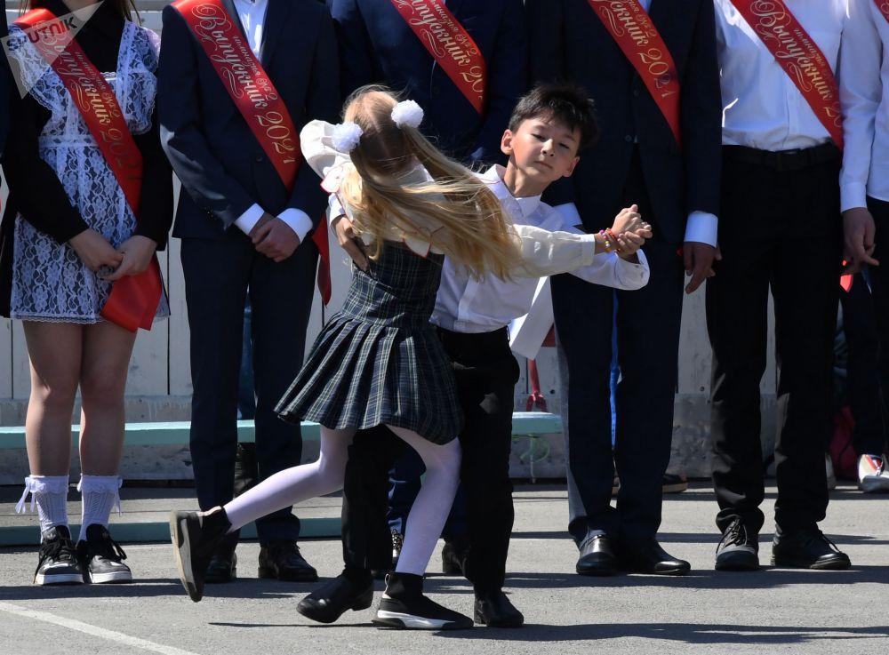 """俄罗斯各地学校举行""""最后的铃声""""毕业典礼活动。"""