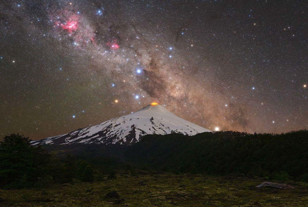 摄影师托马斯?斯洛文斯基拍摄的《火山和十字架》。