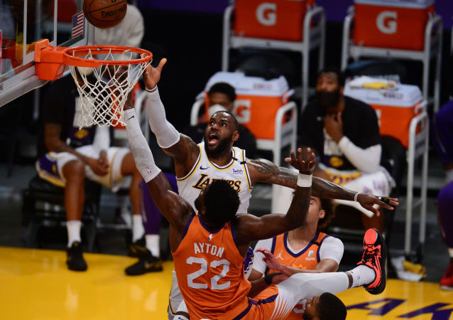 湖人队NBA季后赛不敌太阳队 卫冕冠军陷困境