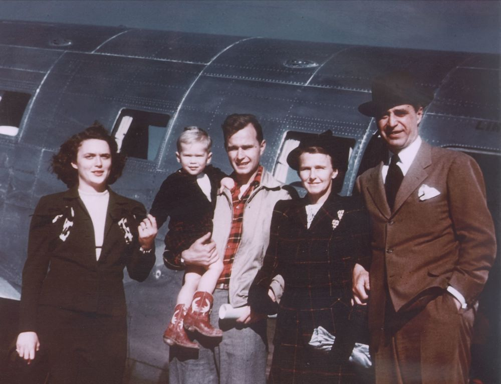 1948年,乔治•布什一家在德克萨斯州拍摄的照片。