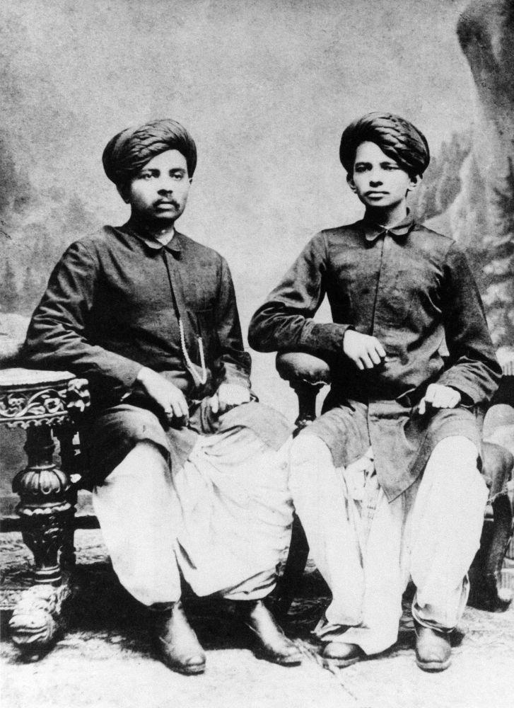 1886年,印度政治家和社会活动家圣雄甘地和他的兄弟。