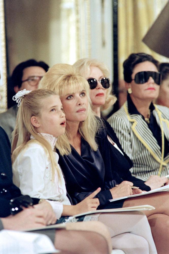 1991年,伊万卡•特朗普和母亲在纽约的时装秀上。