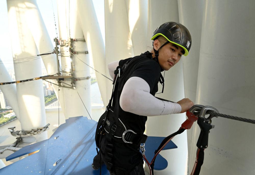 广州塔钢丝绳上的导游。