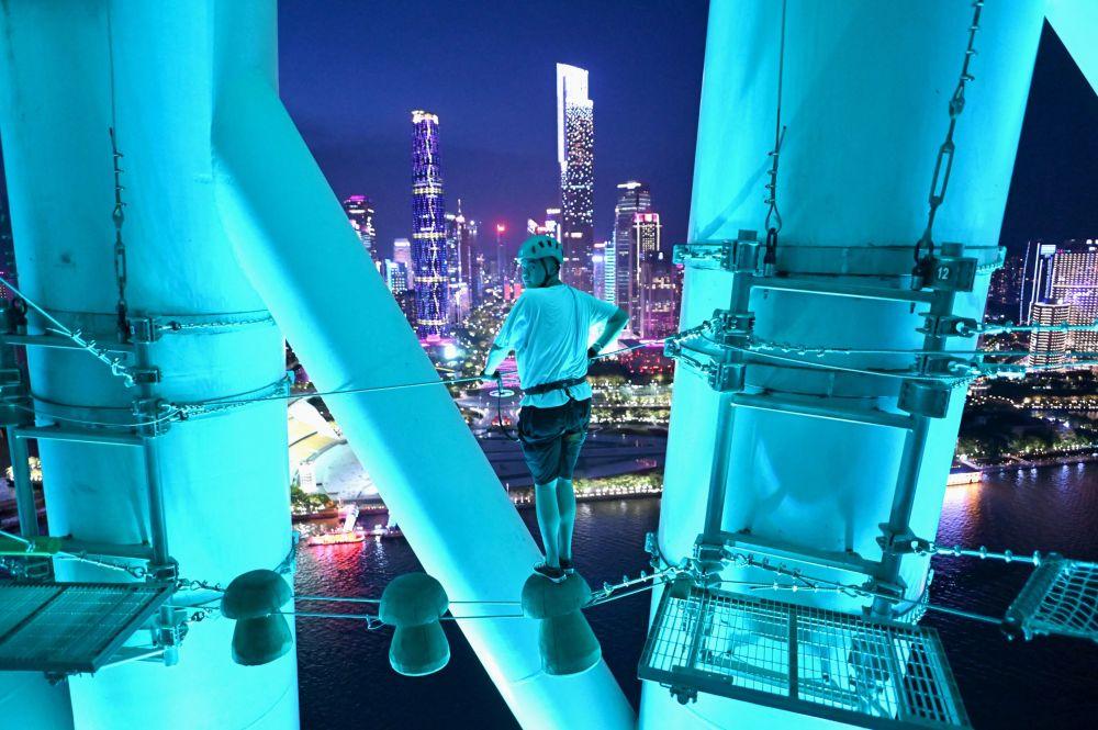 广州塔钢丝绳上的游客。