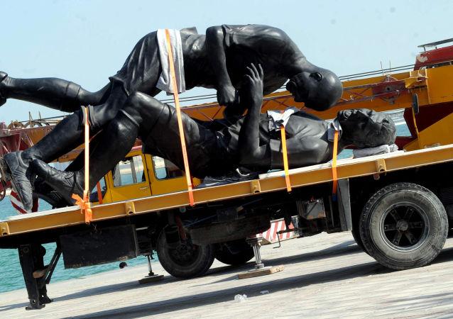法国球星齐达内在卡塔尔的雕像正被搬去新位置。