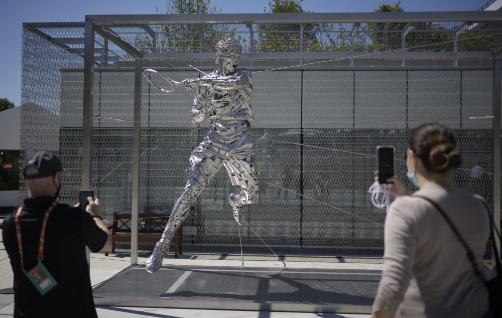 人们在巴黎拍摄网球名将纳达尔的新雕像。