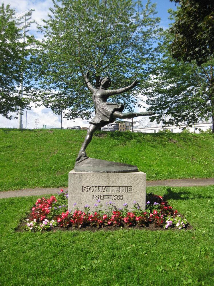 挪威花滑名将索尼娅•海妮的雕像。