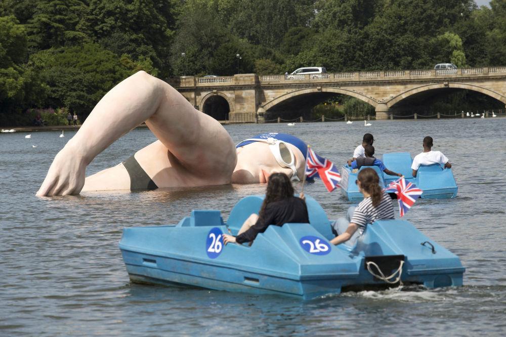 伦敦海德公园里的游泳运动员丽贝卡•埃德灵顿的雕像。