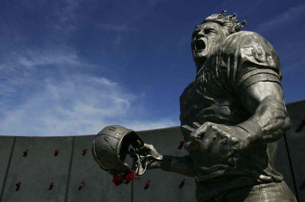 美国橄榄球明星蒂尔曼在亚利桑那州的雕像。