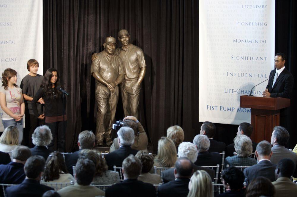 老虎伍兹在加州展示自己和父亲的雕像。