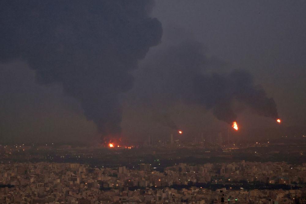 德黑兰市炼油厂火灾爆炸后升起的浓烟。