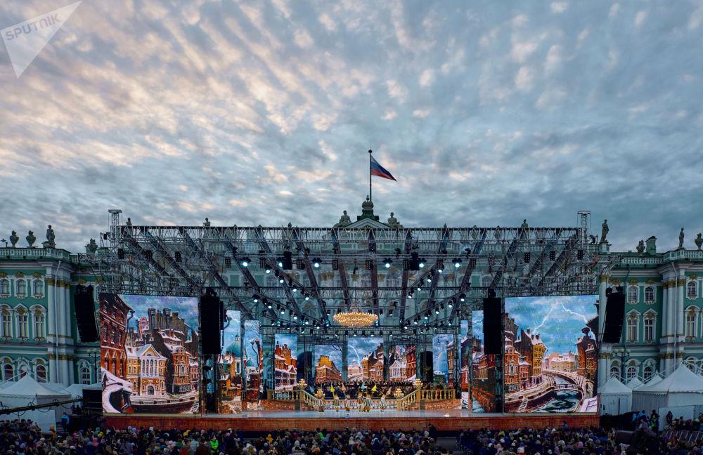 圣彼得堡市举行《经典皇宫广场》世界歌剧明星音乐会。
