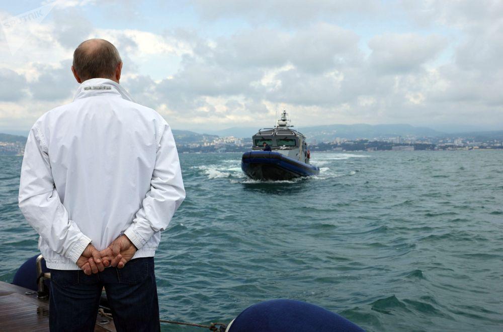 俄联邦总统普京与白罗斯总统卢卡申科出海会晤。