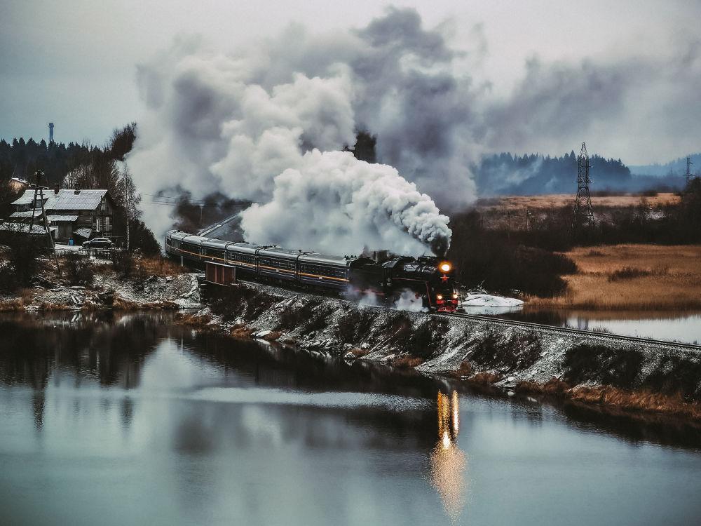 """摄影师亚历山大·捷尔热温作品《从赫尔恩亚姆亚卡山上拍摄卢斯克阿尔斯基特快列车》获得俄罗斯地理协会""""最美丽国家""""摄影大赛""""智能手机拍摄""""类奖项。"""