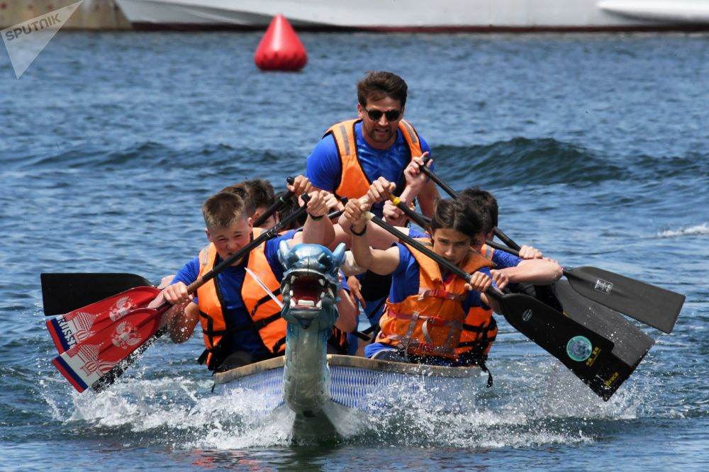 第41届天才极限运动世界锦标赛举行赛龙舟比赛。