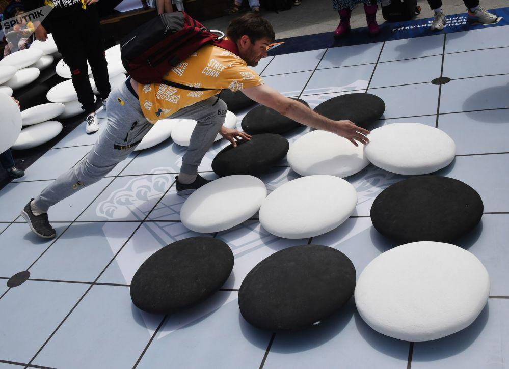 第41届天才极限运动世界锦标赛运动员参加黑白棋比赛。