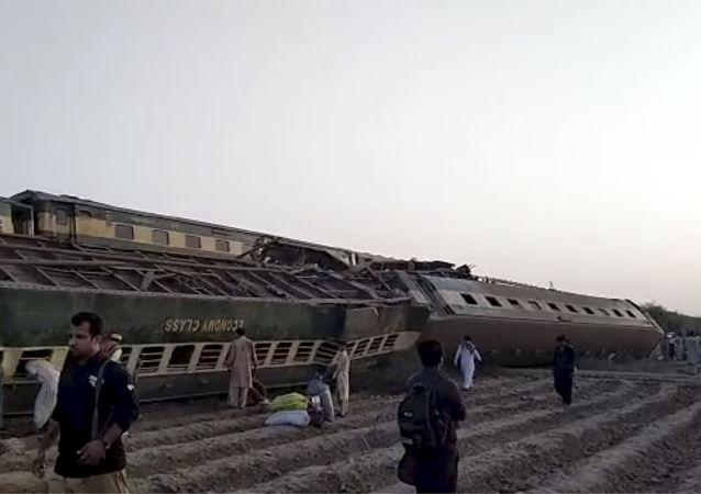 媒體:在巴基斯坦相撞列車中仍有多達25人被困