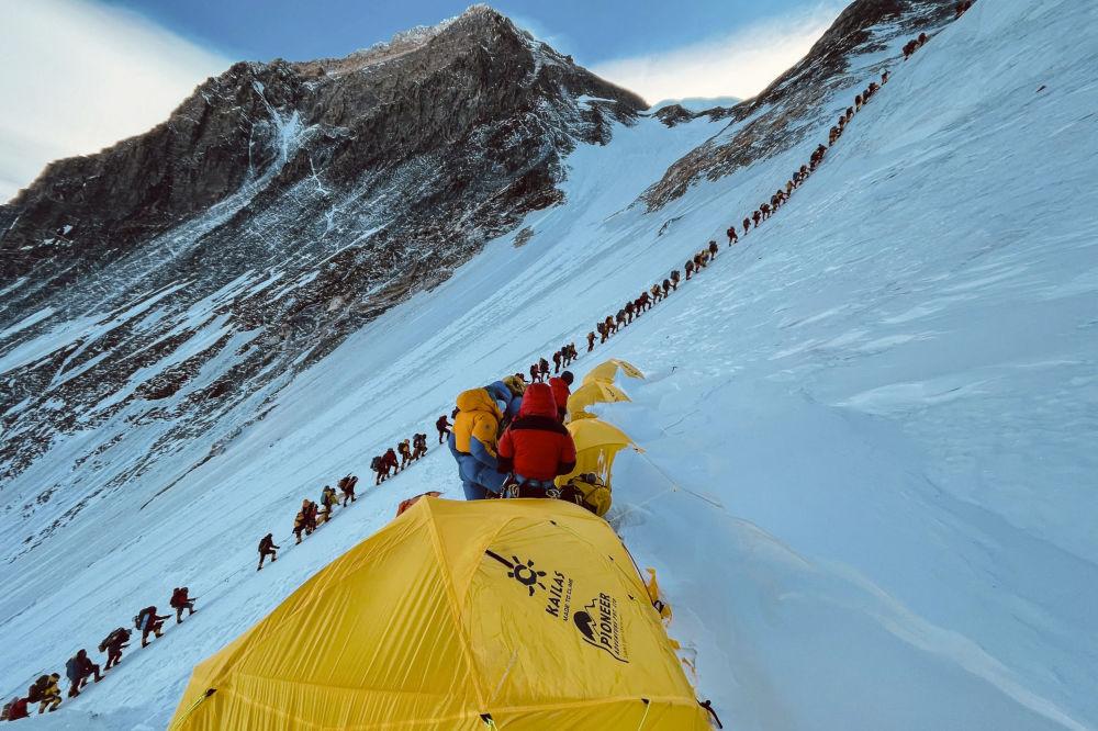 登顶珠穆朗玛峰的登山队。