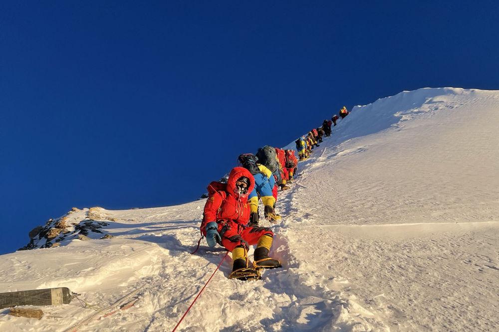 正在登顶珠穆朗玛峰的登山队。