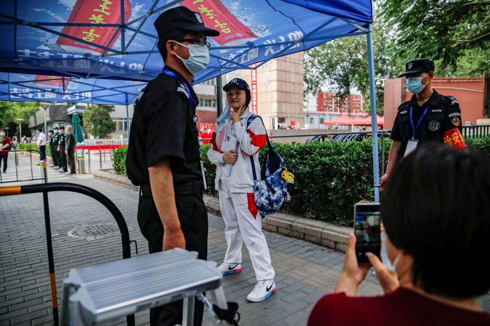 北京考生进入考场后转身回看父母。