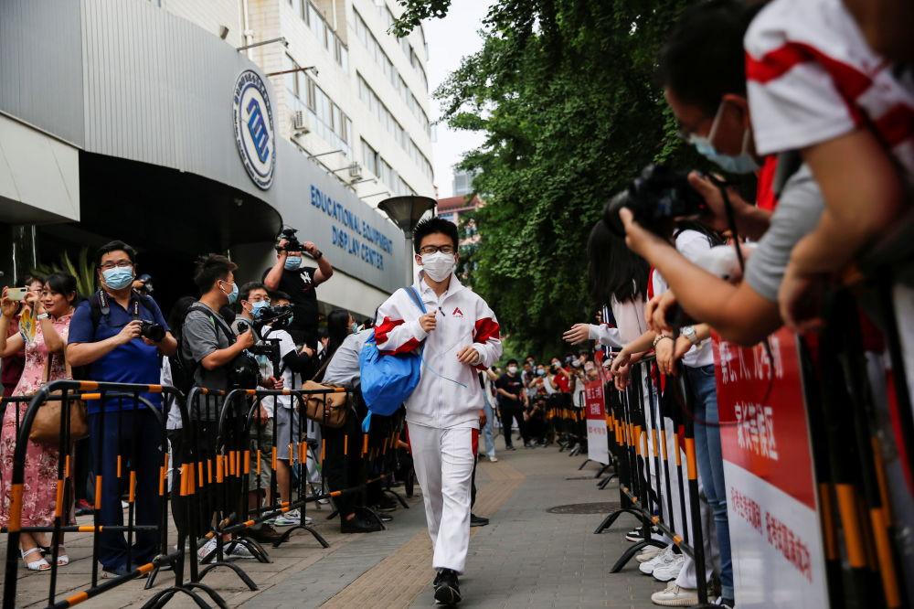 北京考生走入高考考场。