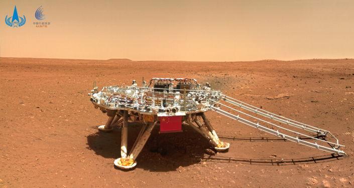 """祝融号火星车拍到的火星表面的中国火星探测器""""天问一号""""。"""