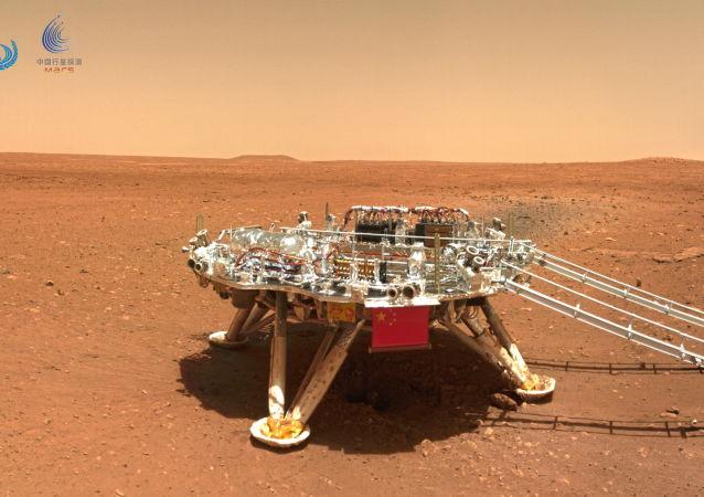 """中国""""祝融号""""火星车开始穿越复杂地形地带"""