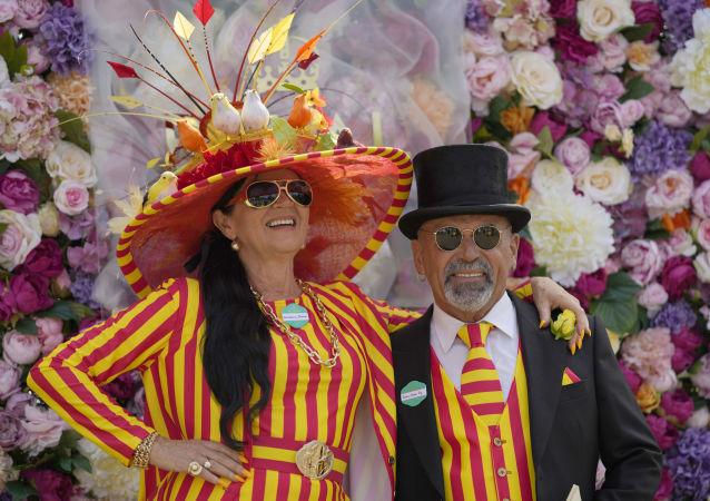 嗬,这些帽子!英国皇家赛马会上的时尚女郎