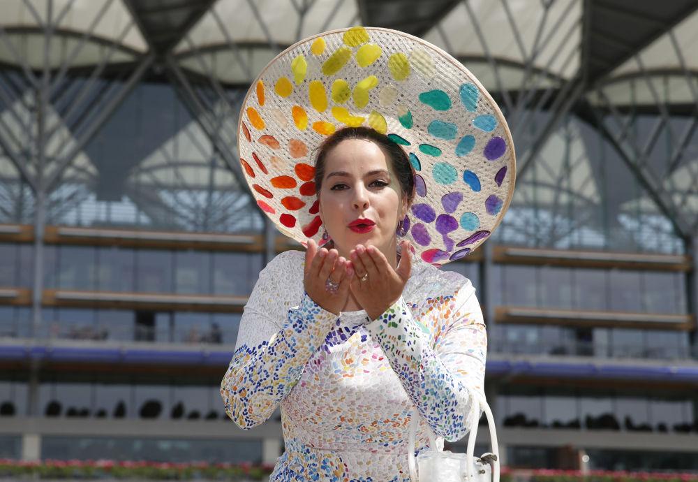 嗬,這些帽子!英國皇家賽馬會上的時尚女郎