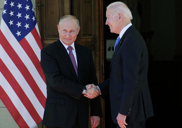 普京与拜登在峰会前相互握手致意