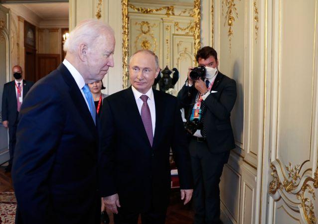 美國總統拜登(左)與俄羅斯總統普京