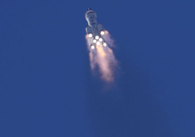 搭载神舟十二号载人飞船的长征二号F遥十二运载火箭在酒泉卫星发射中心点火发射。