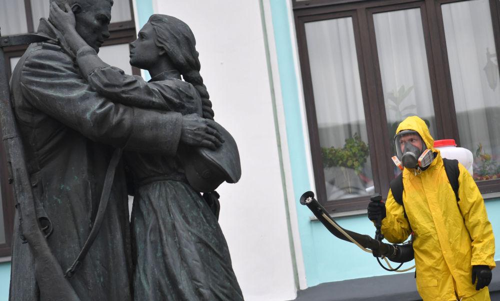 白俄羅斯火車站進行防疫消毒