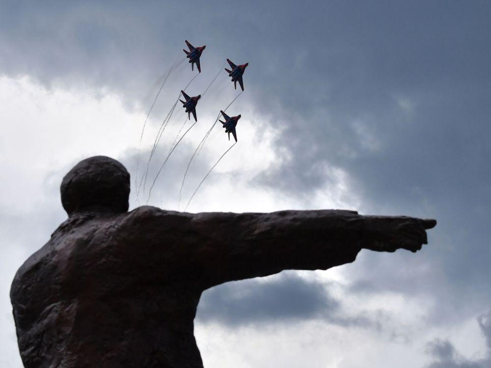 俄羅斯「雨燕」飛行表演隊米格-29戰機在佩列斯拉夫爾·扎列斯基市表演
