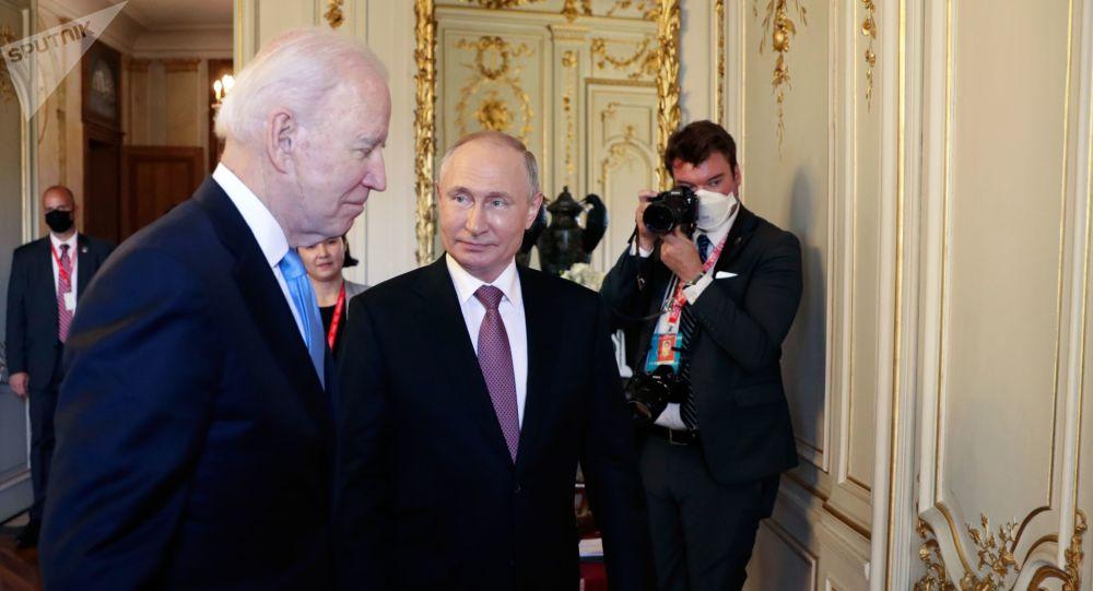 俄罗斯总统普京(右)与美国总统拜登
