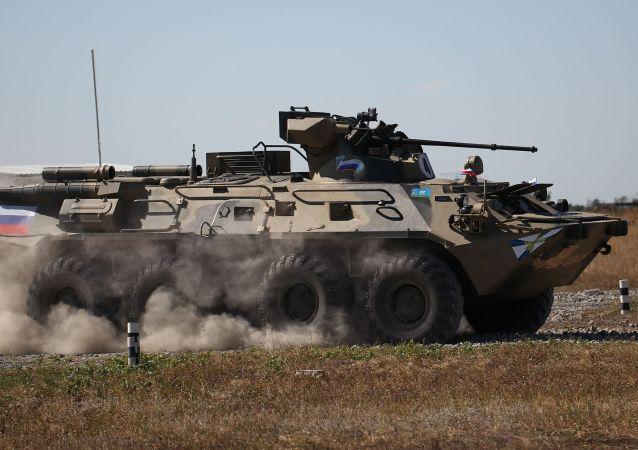 巴基斯坦官兵在友谊–2021联合演习中对BTR-82A装甲运兵车感兴趣